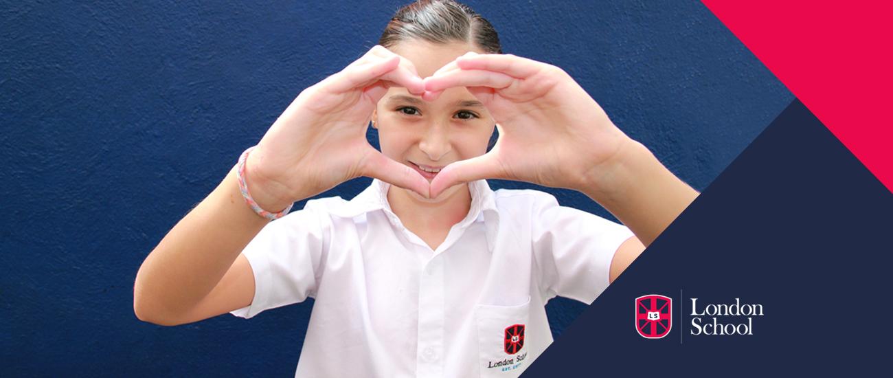 adolecente haciendo señal de corazón con las manos